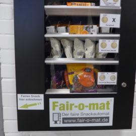 Fair-o-mat im GSG mit Weltladen-Artikeln