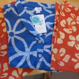 Gebatikte Blusen aus Ghana