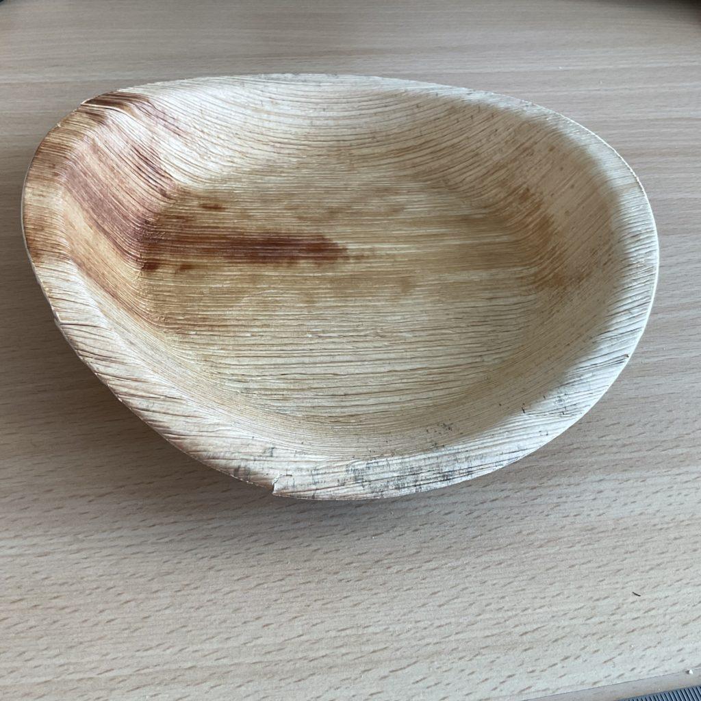 Leicht verzogener Teller aus Palmblatt nach dem Trocknen